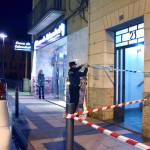 Efectivos de la Guardia Civil precintan la entrada del inmueble donde han ocurrido los hechos