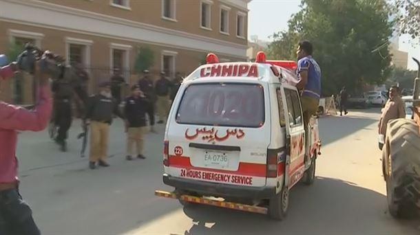 Atentado con bomba que deja alrededor de  33 muertos y 40 heridos en el noroeste de Pakistán