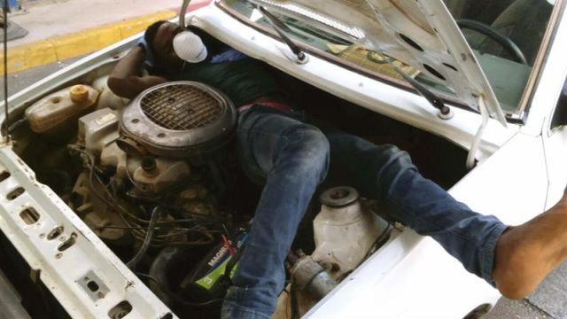 La policía rescata a tres inmigrantes que se encontraban encerrados dentro de un coche cerca de la frontera tras oír sus gritos