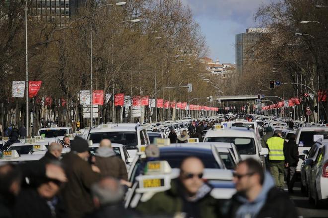 Los taxistas se instalan en el Paseo de la Castellana en su lucha contra los VTC