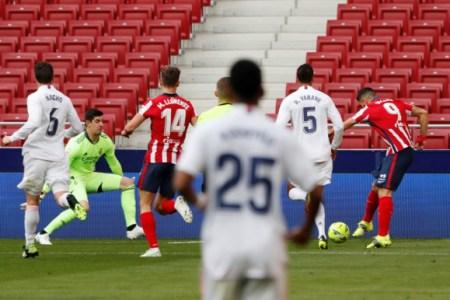 Suárez bate con el exterior del pie a Courtois | Fuente: AFP.