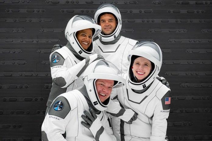 Los tripulantes con los trajes espaciales | Fuente: Inspiration4 Photos (Flickr)