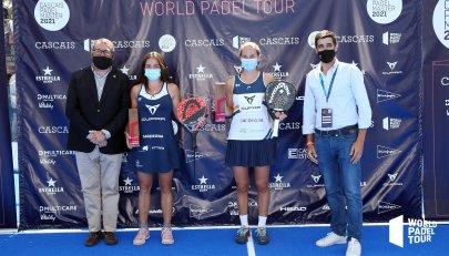 Sánchez y Josemaría, con sus trofeos de campeonas en Cascais | Fuente: Twitter World Padel Tour