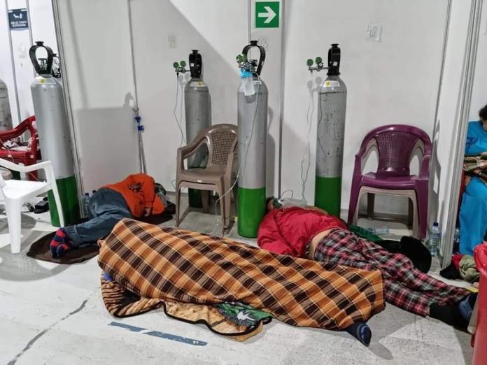 Pacientes durmiendo en suelo en un hospital temporal de COVID-19 en la Ciudad de Guatemala.   Fuente: elPeriódico