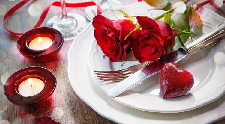 cena con velas y flores