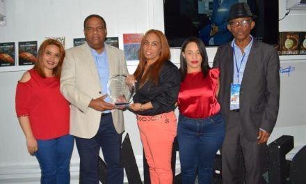 Ministerio de Deportes reconoce al fenecido José Oscar Fernández
