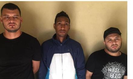 Policía Baní apresa e investiga colombianos acusan asalto casa de cambio en San Francisco