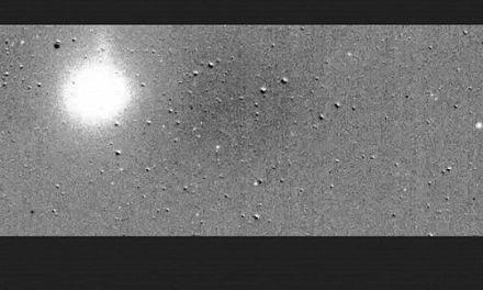 El nuevo cazador de exoplanetas de la NASA se exhibe con un cometa