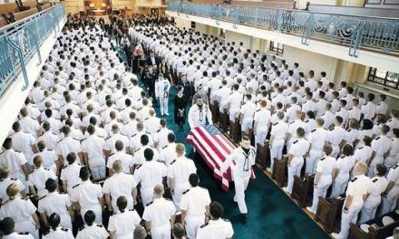 EE.UU. despide al senador McCain en Academia Naval