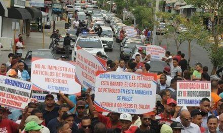 Policías tratan de impedir una marcha de choferes