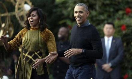 Barack Obama aparece de sorpresa en apoyo a su esposa Michelle durante presentación de libro