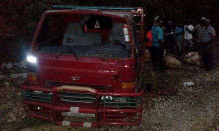 Una mujer muerta y cuatro hombres heridos tras volcarse camión