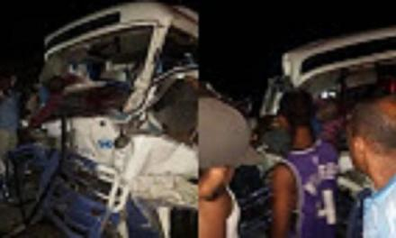 Dos muertos y varios heridos en accidente entre patana y guagua en Baní- Yaguate