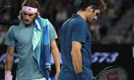 El griego Tsitsipas sorprende a Federer