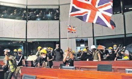 La manifestación por el aniversario de la cesión británica de Hong Kong a China acabó en una revuelta