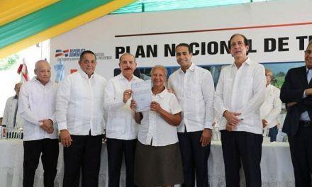 El presidente Danilo Medina entrega 1,624 títulos
