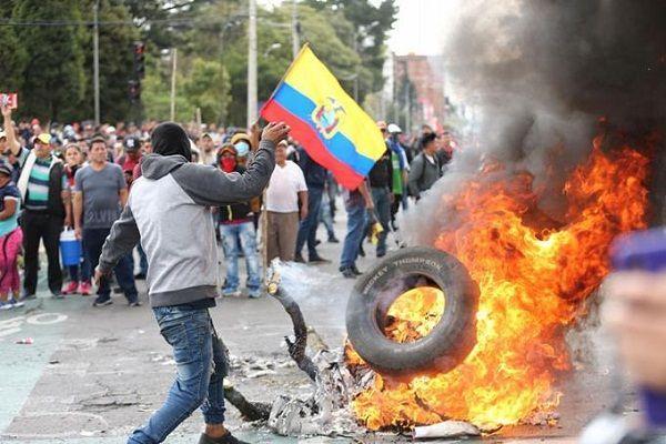 Moreno decreta toque de queda en Ecuador