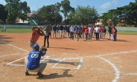 Comandante Policial San Cristóbal hace lanzamiento de honor para el sistema de juego softbol navideño