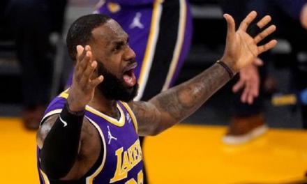 La NBA advierte a LeBron James y Kyle Kuzma por fingir faltas