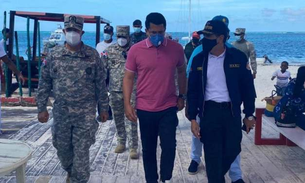Ministro de Turismo y jefe de la Armada supervisan playas región Este; dicen todo marcha bien