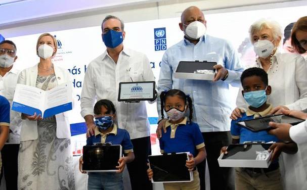 Presidente recibe 537,432 tabletas para entregarlas a los estudiantes