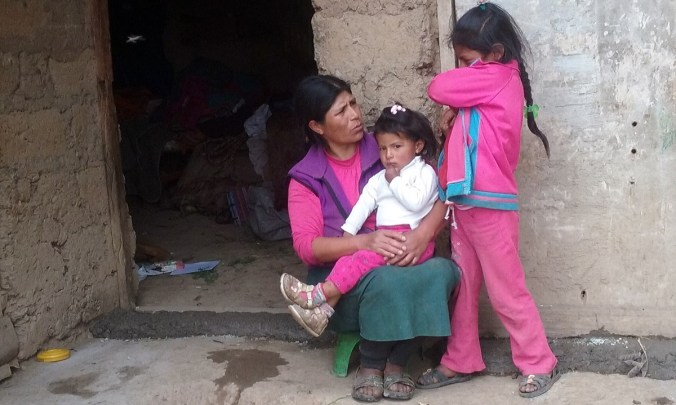 Vicenta, madre de siete hijos, vive en Karkatera, Apurímac, uno de los poblados anexos a la ciudad. Es quechua hablante y la información necesaria para cuidar la alimentación de sus hijas más pequeñas de 3 y 7 años llega a duras penas a través de las promotoras de salud de la zona.