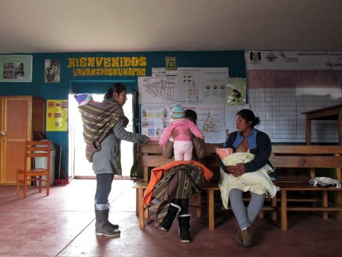En la comunidad de Markju, provincia de Anta, en Cusco, funciona uno de los centros de promoción y vigilancia comunal. Estos espacios, que se han implementado en muchos puntos del país, funcionan como importantes herramientas del Ministerio de Salud para controlar y monitorear la situación de madres gestantes y niños menores de 3 años en situación de riesgo por anemia y/o desnutrición crónica.