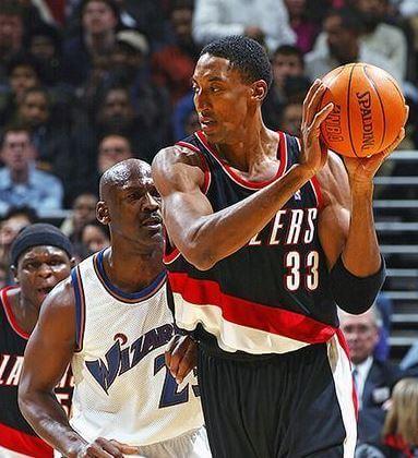 Michael Jordan defendiendo a Scottie Pippen