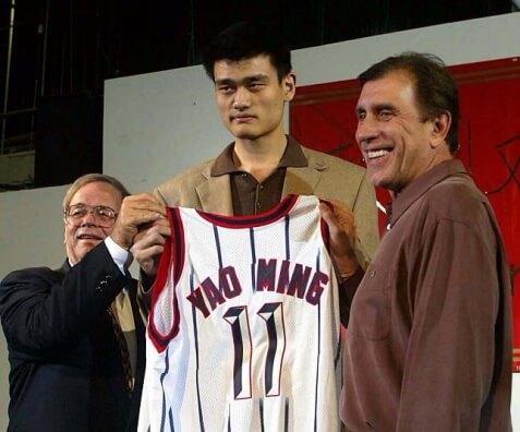 Carroll Dawson, Yao Ming y Rudy Tomjanovich en su presentación en Houston