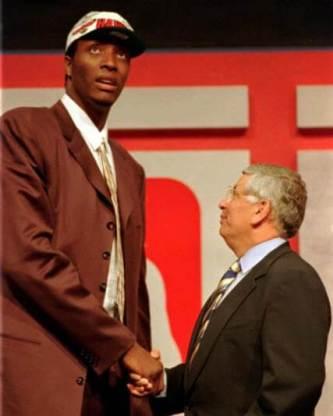 Priest Lauderdale con David Stern en el Draft de 1996
