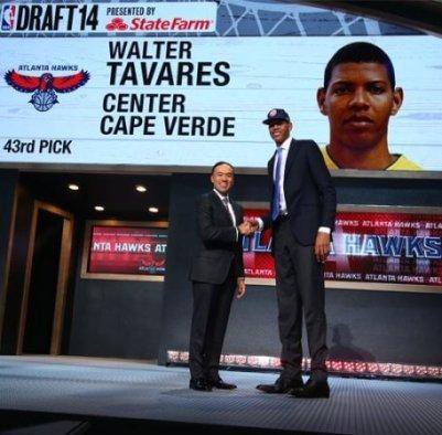 Edy Tavares en la ceremonia del Draft tras ser elegido por los Hawks