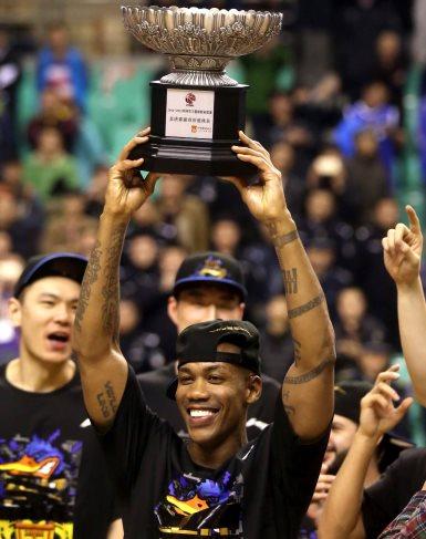 Marbury levantando la Copa de Campeón con los Beijing Ducks