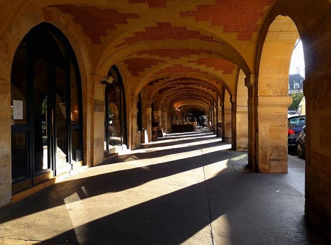 _place_des_Vosges_arcades_Est Foto Mbzt