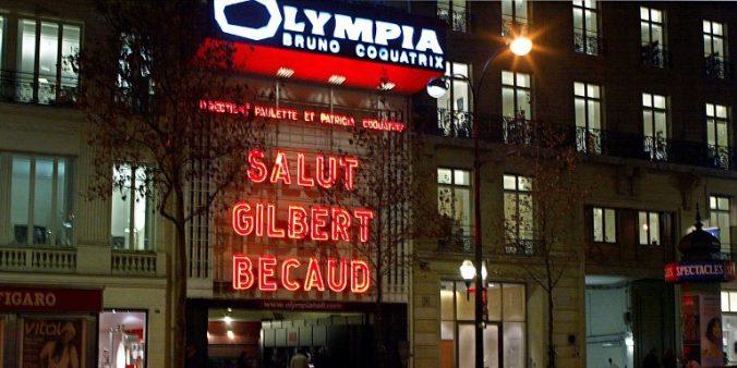 vue prise le 19 décembre 2001 de la façade de la salle de music-hall l'Olympia qui rend un dernier hommage au chanteur Gilbert Bécaud, décédé la veille. Celui-ci s'y était produit plus d'une trentaine de fois en 50 ans de carrière.