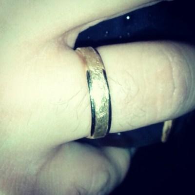 [9] «el anillo único; un anillo para que sólo una te controle y te ate a las tinieblas»