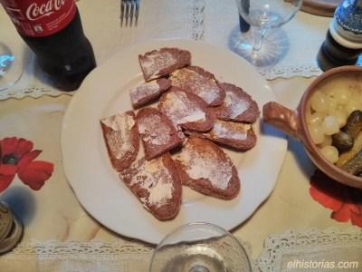 Pan de centeno untado de mantequilla