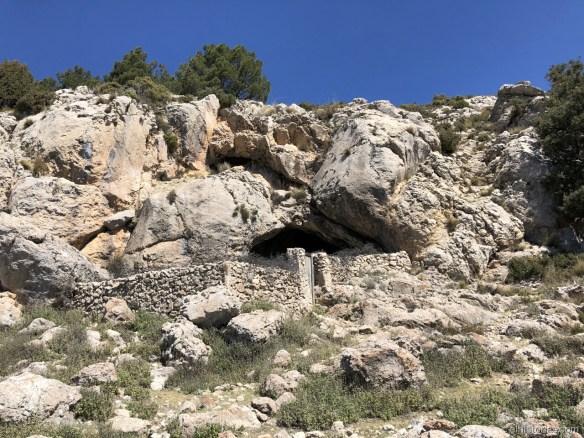 Vistas del exterior de la cueva y el corral
