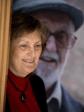 Olga Lucas ante una imagen de José Luís Sampedro