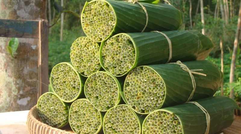 , Un hombre vietnamita hace y vende pajillas hechas de hierba silvestre