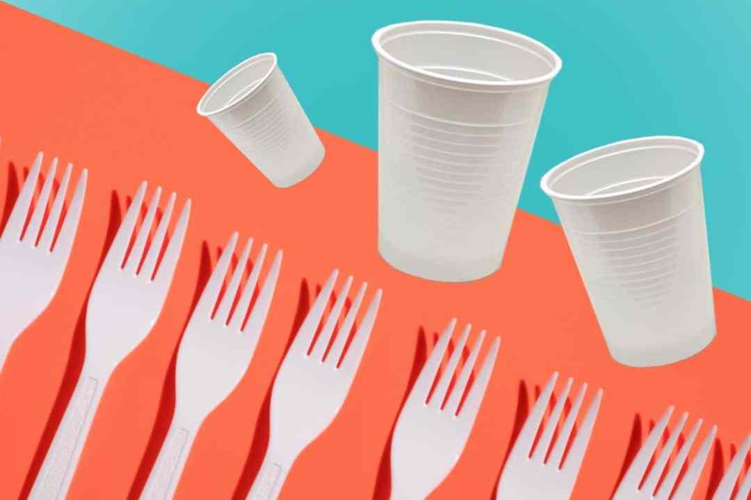 Francia, el primer país que prohíbe los vasos, platos y cubiertos de plástico