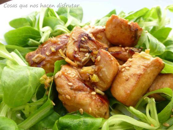 Ensalada de pollo marinado estilo Thai, con lemongrass y sésamo