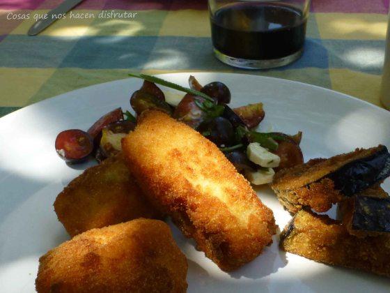 El plato más veraniego: Dorada frita con berenjenas empanadas y ensalada de tomates Indigo Rose.