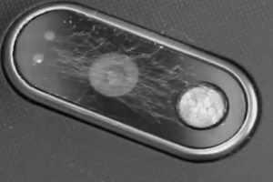 lente camera smartphone arranhada com riscos