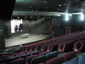 "תיאטרון אל מידאן. ""Almidan Theatre (6)"" מאת Hanay. מתפרסם לפי רישיון CC BY-SA 3.0 דרך ויקישיתוף - https://commons.wikimedia.org/wiki/File:Almidan_Theatre_(6).JPG#/media/File:Almidan_Theatre_(6).JPG"