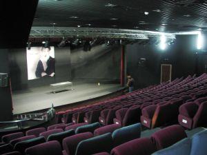 """תיאטרון אל מידאן. """"Almidan Theatre (6)"""" מאת Hanay. מתפרסם לפי רישיון CC BY-SA 3.0 דרך ויקישיתוף - https://commons.wikimedia.org/wiki/File:Almidan_Theatre_(6).JPG#/media/File:Almidan_Theatre_(6).JPG"""