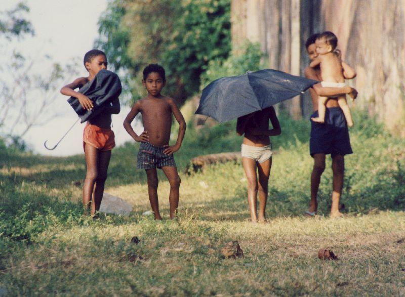 Niños criando niños en las favelas de Brasil