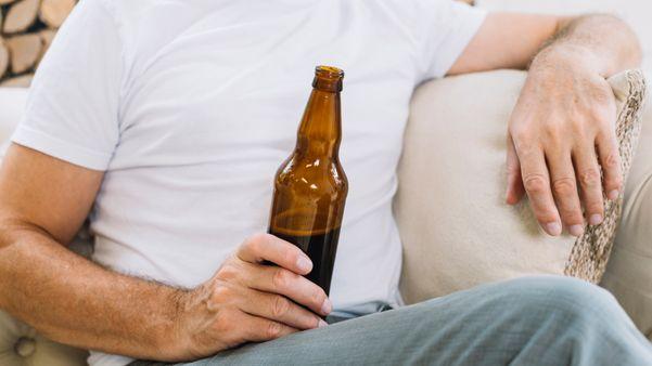 Entre os vícios e compulsões que podem decorrer da pandemia estarão relacionados ao consumo de álcoól.