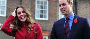 Kate et Williams avec la fleur de Coquelicot