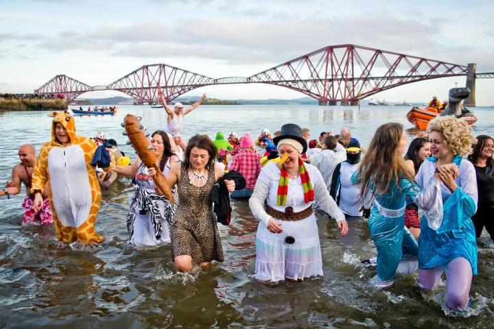 Plongeon du nouvel an Loony Dook à Edimbourg