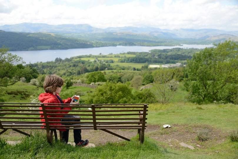 Bambino che gioca seduto su panchina-Ragazza alla pari in Inghilterra